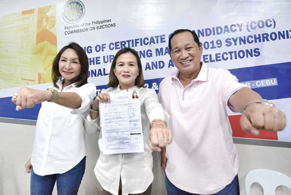 CEBU. Rep. Gwendolyn Garcia (left) and Marie Daphnie Salimbangon, running for governor and vice governor respectively, pose with 4th District Rep. Benhur Salimbangon. (SunStar photo/Amper Campaña)