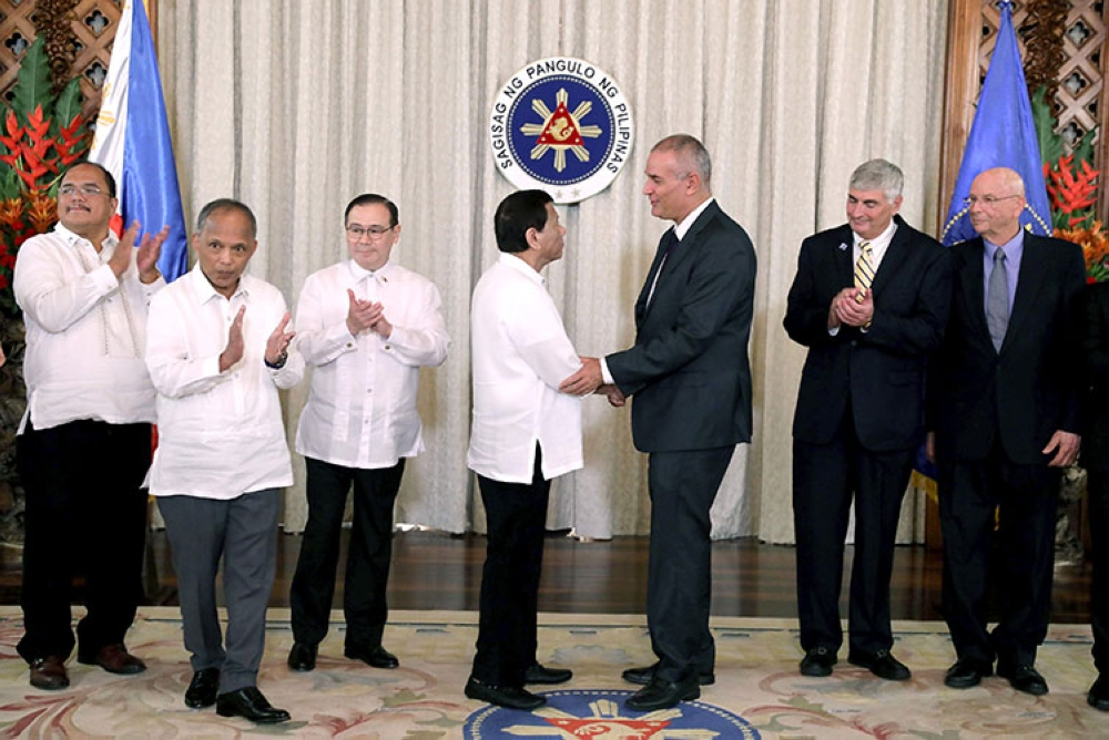 MANILA. President Rodrigo Duterte and Israeli Ambassador to the Philippines Rafael Harpaz exchange pleasantries after the signing ceremony of the Petroleum Service Contract for East Palawan Area held at the Malacañan Palace on October 17, 2018. (Presidential Photo)
