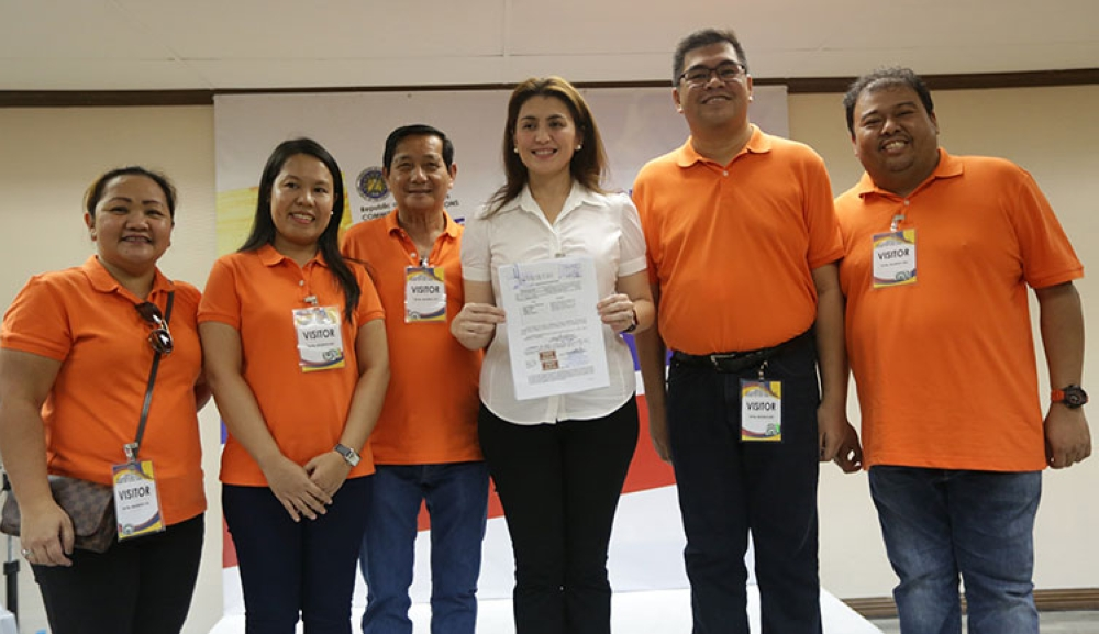 MANILA. Leyte Representative Yedda Marie Romualdez (3rd right) shows the copy of her Certificate of Nomination and Acceptance as number one nominee of the Tingog Sinirangan partylist during the filling at the Comelec in Intramuros, Manila. (Photo by Ver Noveno/via Ronald Reyes)