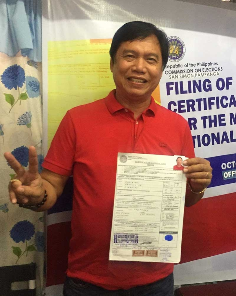 PAMPANGA. Businessman Abundio Punsalan Jr. shows a copy of the certificate of candidacy for mayor that he filed at the local Commission on Elections. (Contributed Photo)