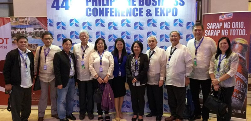 BACOLOD. MBCCI officials led by their president Roberto Montelibano (4th from left), chief executive officer Frank Carbon (4th from right) and vice president Edward Gasambelo (3rd from right) with Negros Oriental Chamber of Commerce and Industry president Edward Du (2nd from right), Provincial Planning and Development Officer Ma. Lina Sanogal (5th from left), Provincial Tourism Officer Cristine Mansinares (center) and Ceneco president Dwight Carbon (3rd from right) at the sidelines of the opening rites of the two-day 44th Philippine Business Conference at the Manila Hotel in Metro Manila on October 19. (Erwin P. Nicavera)