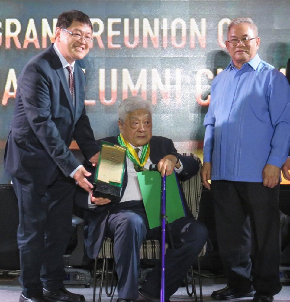 A lifetime of lessons. University of San Carlos Alumni Association president Ronald Po (left) hands the Lifetime Achievement Award to John Gokongwei Jr. (center).At right is USC president Fr. Dionisio Miranda. (SunStar Foto / Allan Cuizon)