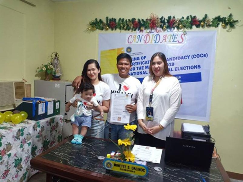 PAMPANGA. Former Minalin councilor Rondon Mercado filed his COC before the Comelec office last Wednesday, October 17. He was accompanied by his wife and child. (Photo by Chris Navarro)