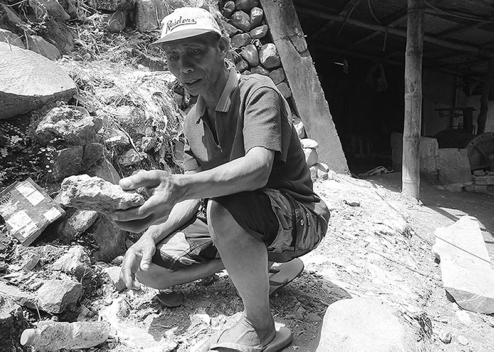 GOLDEN OPPORTUNITY. A small scale miner shows a gold ore mined in one of the tunnels in Itogon, Benguet. Small scale miners in the province are hopeful for the immediate approval of a minahang bayan in the province. (Jean Nicole Cortes)