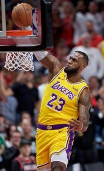 Unang hansak. Way nakasango sa yano ug unang hansak ni LeBron James isip bag-ong pangulo sa Los Angeles Lakers atol sa ilang duwa kagahapon batok sa Portland TrailBlazers sa NBA. (AP)
