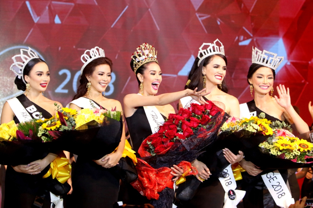 Steffi Rose Aberasturi of Mandaue City (center) was crowned Binibining Cebu 2018 during the Coronation Night held at Pacific Grand Ballroon of the Waterfront Cebu City Hotel and Casino Friday nght. Also crowned were Binibining Cebu Ecology 2018 Isabela Deutsch of Borbon, Binibining Cebu Charity 2018 Tracy Maureen Perez of Madridejos, Binibining Cebu Tourism Kim Covert of Alegria and Binibining Cebu Heritage Lou Dominique Piczon of Ronda. (SunStar Foto / Alex Badayos)
