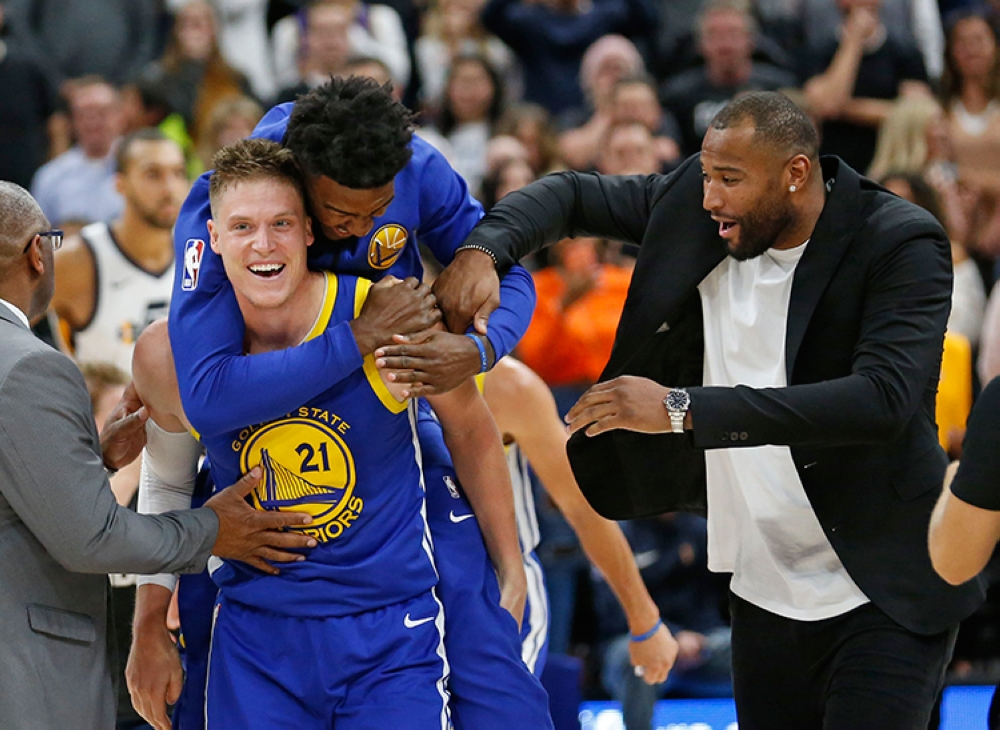 Bayani. Sa tumang kalipay, gikabay-an ni Jordan Bell ang iyang kauban nga si Jonas Jerebko (21) human napasulod niini ang iyang tip in shot sa nahabiling 0.3 segundo nga maoy nakapadaog sa Golden State Warriors batok sa host Utah Jazz,  124-123, kagahapon sa NBA 2018-19 season. (AP)