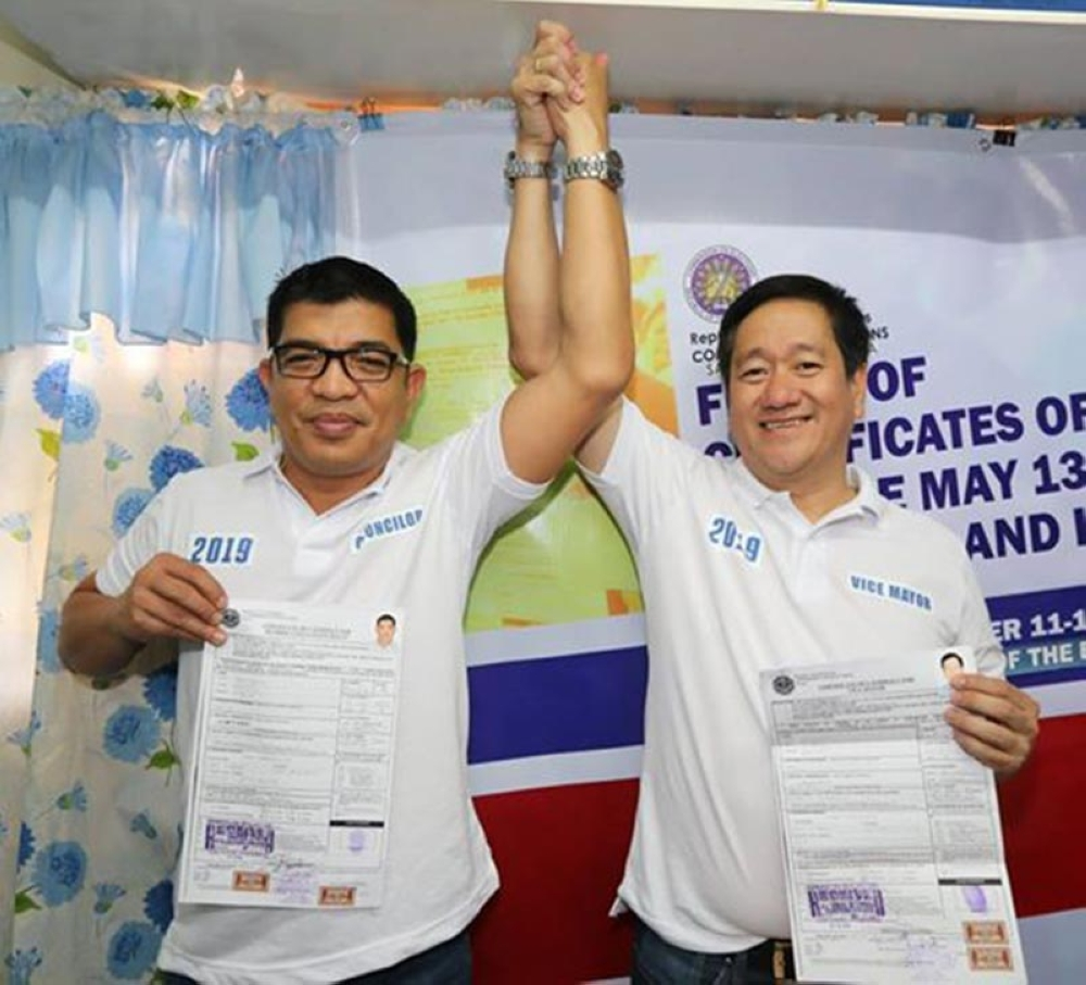 PAMPANGA. Councilorable Renato Dimla Salvador (L) and comebacking vice mayorable Rommel Bondoc filed their certificate of candidacy before the Commission on Elections recently. They are the founding officers of Ing Sandigan San Simon. (Chris Navarro)