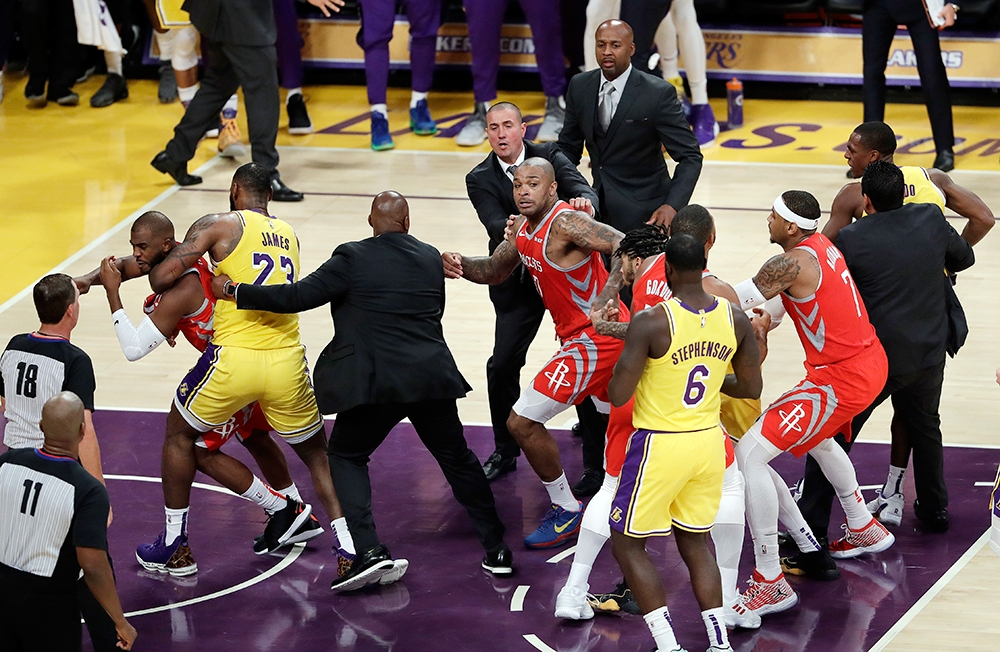 KARAMBOLA: Makita ning hulagwaya nga giuwang ni LeBron James (23) sa Los Angeles Lakers si Chris Paul, ikaduha sa wala nga bahin, sa Houston Rockets kinsa nakigsinukliay sa kumo batok ni Rajon Rondo, sa tuo nga dapit, atol sa kasamok nga mihugpa kagahapon sa ilang duwa didto sa Staples Center sa Los Angeles, U.S.A. Ang Rockets midaog, 124-115. (AP)