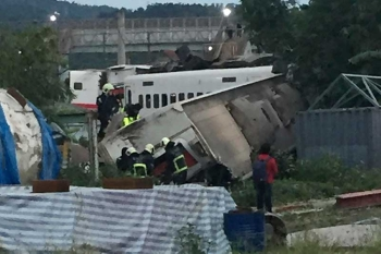 TAIWAN. In this photo released by Li Jun, rescue workers are seen at the site of a train derailment in Lian in northern Taiwan on Sunday, Oct. 21, 2018. The Puyuma express train was carrying more than 300 passengers toward Taitung, a city on Taiwan's southeast coast, when it went off the tracks on Sunday afternoon. (Li Jun via AP)