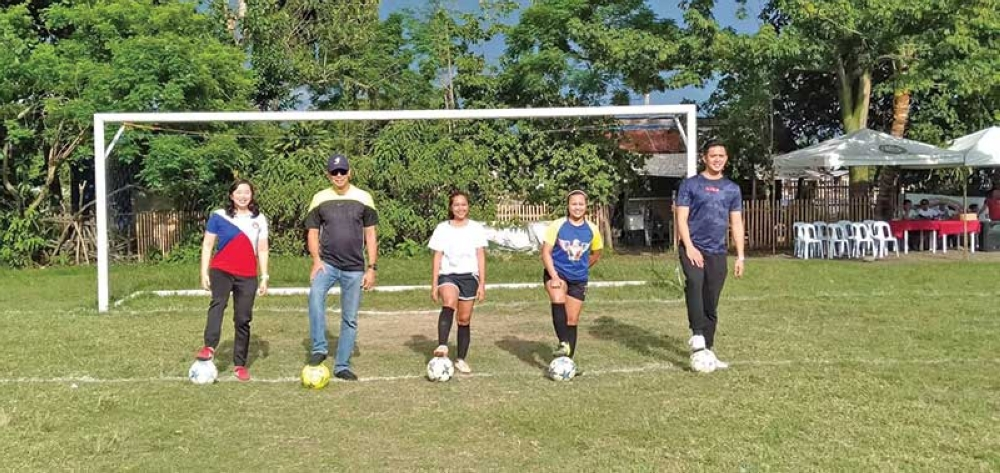 DAVAO. Davao City Councilor Mabel Sunga-Acosta chief of staff Luna Acosta, Captain Rey Acosta, team captains from CR7 Foodtruck and D'Davao Survivors and Ian Acosta spearhead the ceremonial kick. (Photo courtesy Acosta Cup Facebook Page)