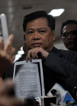 MANILA. Lawyer Reynaldo Robles shows to the media the dispositive portion of the resolution issued by Makati Regional Trial Court Branch 148 Judge Andres Soriano on October 22, 2018. (Photo by Al Padilla)
