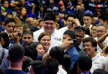 Sara gihangop. Ang pagbisita sa anak ni Presidente Rodrigo Duterte ug Davao City Mayor Sara Duterte-Carpio (tunga, unahan ni Mayor Luigi Quisumbing) sa Hugpong ng Pagbabago (HNP) gihangop sa katawhan sa Mandaue sa pagpangulo ni Mayor Luigi Quisumbing sa Hugpong Mandauehanon sa Pagbabago (HMP) human ang duha ka mga lokal ug rehiyonal nga partido pormal nga nilagda sa ilang panag-alyansa kagahapon.  (Alan Tangcawan)