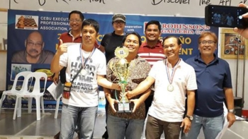 Naghari. Nagpahulagway ang mga sakop sa champion team CEPCA A (mga naggunit sa tropeyo) kauban ang mga nagpasiugda sa bag-uhay lang nahuman nga Cebu Executives and Professionals Chess Association (CEPCA) Boy Pestaño Memorial Open Chess Tournament. (L-R, atubangan) NM Rogelio Enriquez Jr., NM Arnold Cadiz, Atty. Jong Melendez, ug tournament director Jun Olis. (L-R, likod) Ruel Hortelano, Zarah Smith Pestaño, ug tournament chairman Engr. Jerry Maratas. (Tampo nga hulagway)