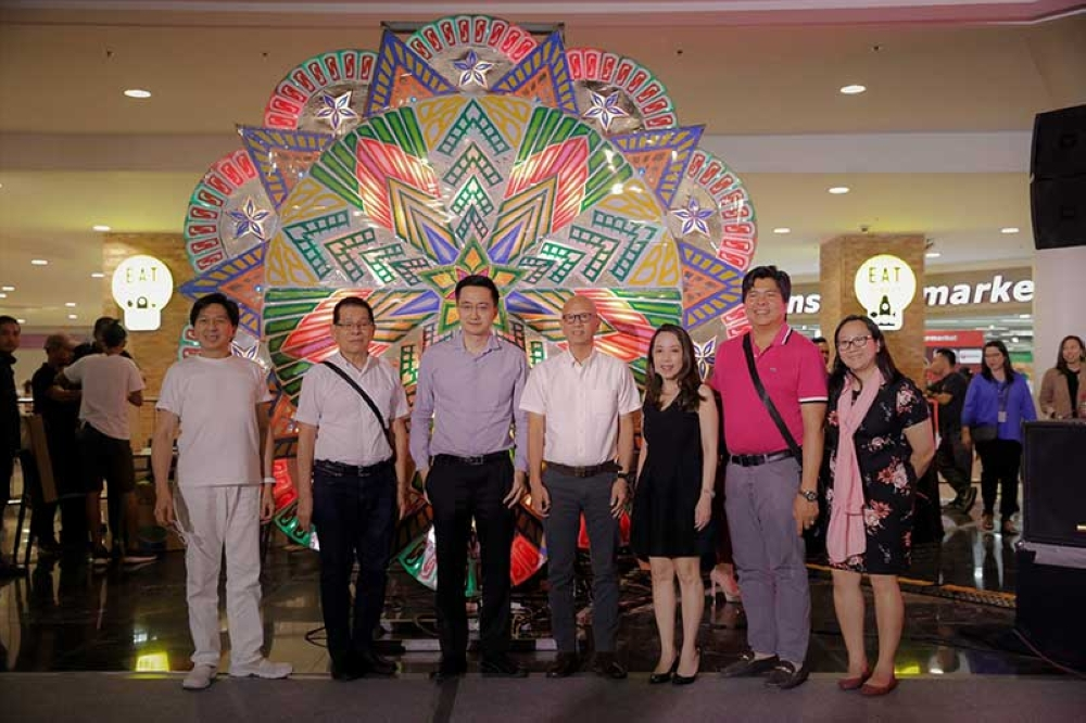 PAMPANGA. Vice-Mayor Jimmy Lazatin, City Tourism Officer Ching Pangilinan, members of the Giant Lantern Festival Foundation Inc., members of GLF Committee, and executives from Robinsons Land Corporation grace the kick-off of the Giant Lantern Caravan 2018 at Robinsons Galleria over the weekend. (Photo contributed by CSF-CIO)