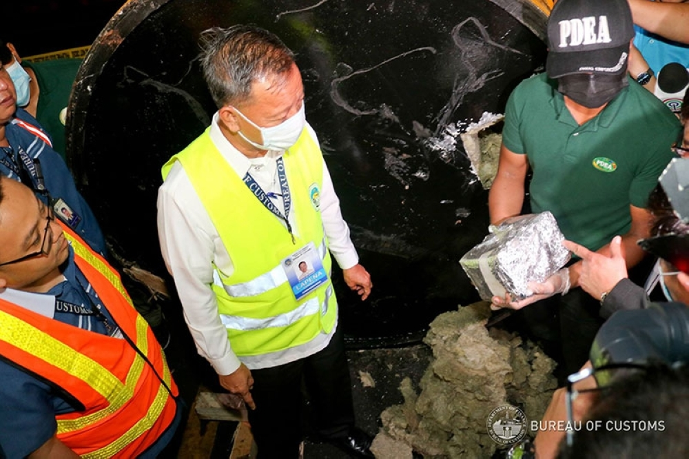 MANILA. Customs Commissioner Isidro Lapeña (left) leads the opening of an unclaimed container van that yielded around 500 kilos of illegal drugs on August 7, 2018. (Photo from Bureau of Customs Facebook)