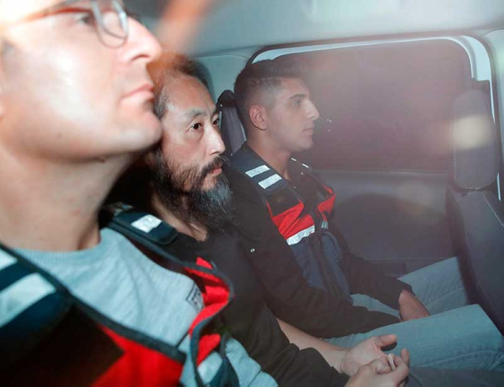 TURKEY. Japanese journalist Jumpei Yasuda, center, is driven out of the immigration center in Antakya, Turkey, Wednesday, Oct. 24, 2018. Yasuda was freed after more than three years of captivity in Syria Wednesday. (Kyodo News via AP)