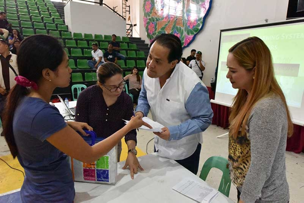 """PAMPANGA. Vice Governor Dennis """"Delta"""" Pineda leads the distribution of financial assistance during the recent recognition day for some 1,035 Alternative Learning System (ALS) passers in the province held at Bren Z. Guiao Convention Center. (Contributed Photo)"""