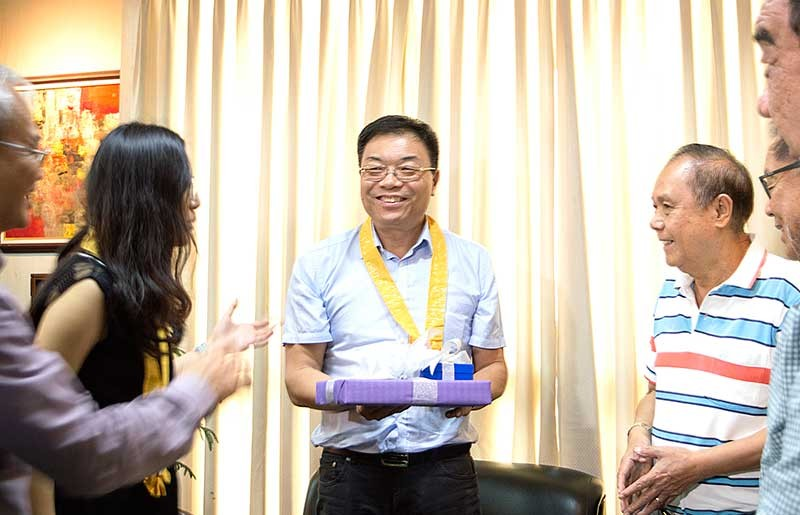 ILOILO. Chinese Consul General Jia Li smiles as he received a token from Governor Arthur Defensor, Sr. during the former's courtesy call on Thursday, October 25 at the Provincial Capitol. (Photo courtesy of the Provincial Capitol)