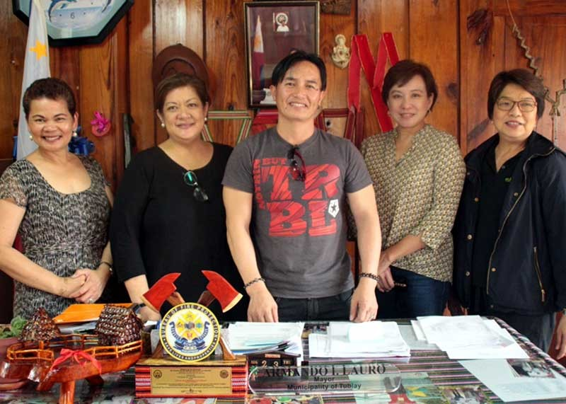 BENGUET. (From left) University of the Cordilleras VP for Administration Dr. Leonarda Aguinalde, Reena Francisco, Tublay Mayor Armando Lauro, Jeannie Javelosa and Chit Juan met at the Tublay Municipal Hall to discuss the proposed ecotourism plan. (Rene Verdote)