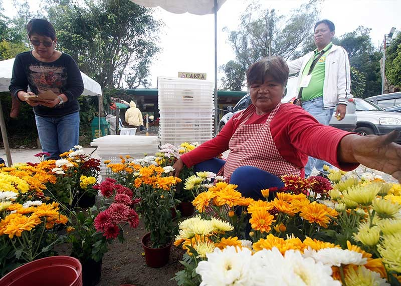 BAGUIO. Traders set up their stalls in Baguio City to sell cut flowers until November 1. Cut flower farmers in Benguet assured enough supply for the All Saints' and All Souls' Day despite the recent typhoon that damaged their delicate produce. (Jean Nicole Cortes)
