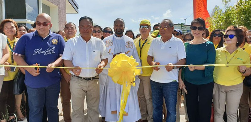 BACOLOD. Jerry Rubis, first vice president of Suntrust Properties Inc. for sales, marketing, and business development division, leads the inauguration of the Fountain Grove entrance gate yesterday, with property owners Philip and Annaliza