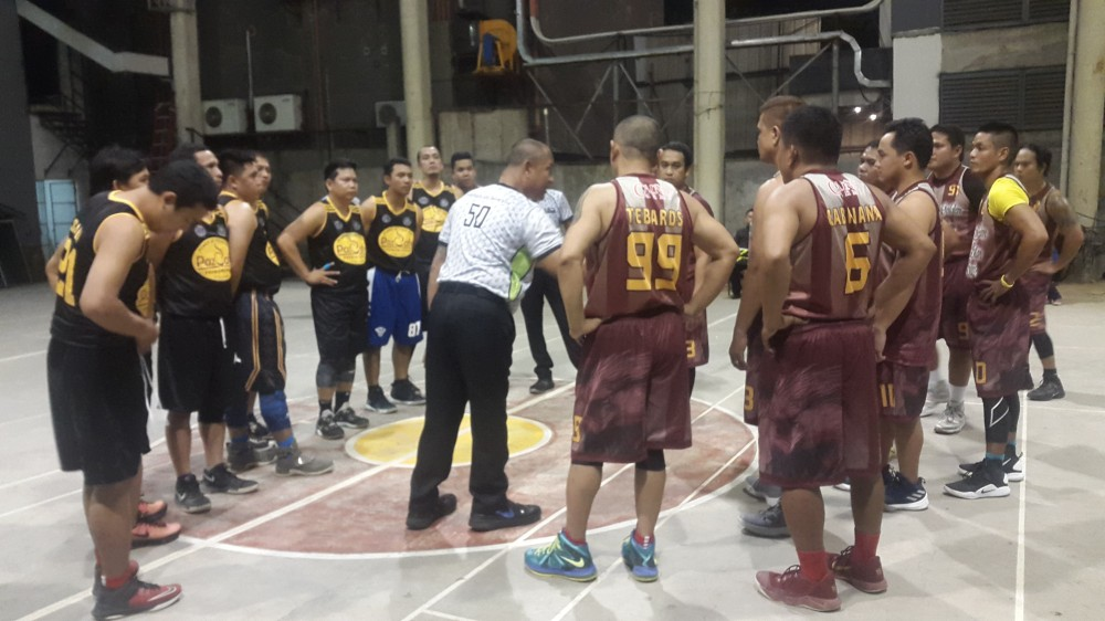 CAGAYAN DE ORO. The referee briefs the Eagles caging combatants before their knockout showdown on Thursday night at the SPC covered court in downtown Cagayan de Oro. (Lynde Salgados)