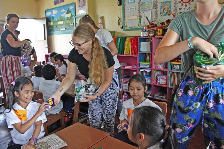 Warm Welcome. Youth delegates from The Netherlands who come to visit Cebu never fail to put a smile on the faces of Cebuano children whose lives they touch through their immersion activities. (Contributed Foto)
