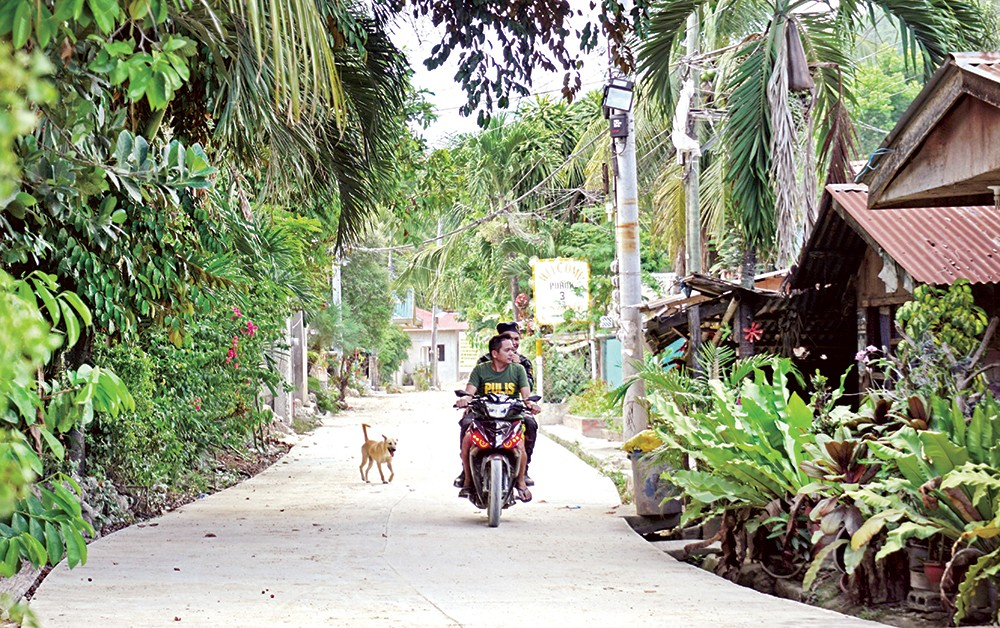 GHOST TOWN. Police patrol ground zero in Sitio Sindulan in Barangay Tina-an, City of Naga to make sure residents have not returned since they were forced to evacuate following the deadly landslide that struck the area last month. (SunStar foto / Alex Badayos)
