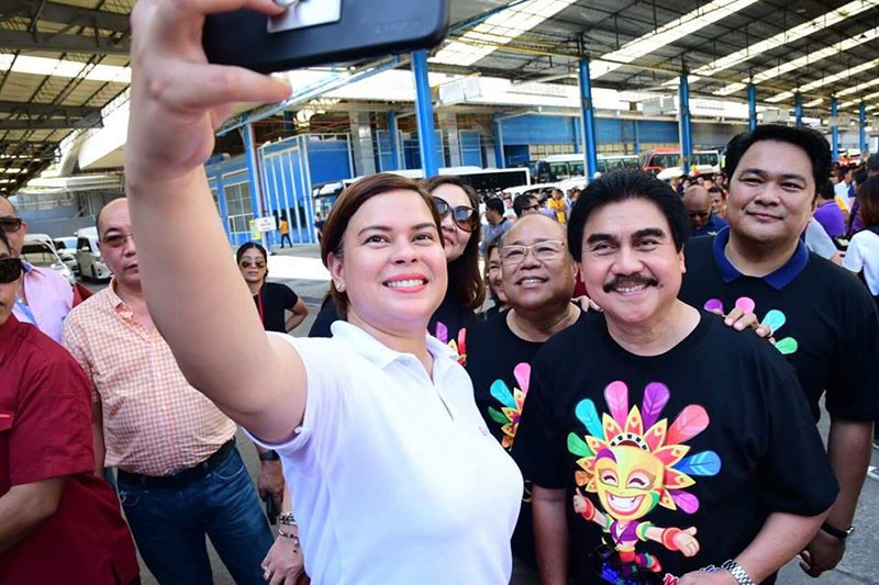 BACOLOD. Presidential daughter and Davao City Mayor Sara Duterte-Carpio takes a selfie with the Bacolod City officials led by Mayor Evelio Leonardia on Saturday, October 27. <B>(Contributed Photo)</B>