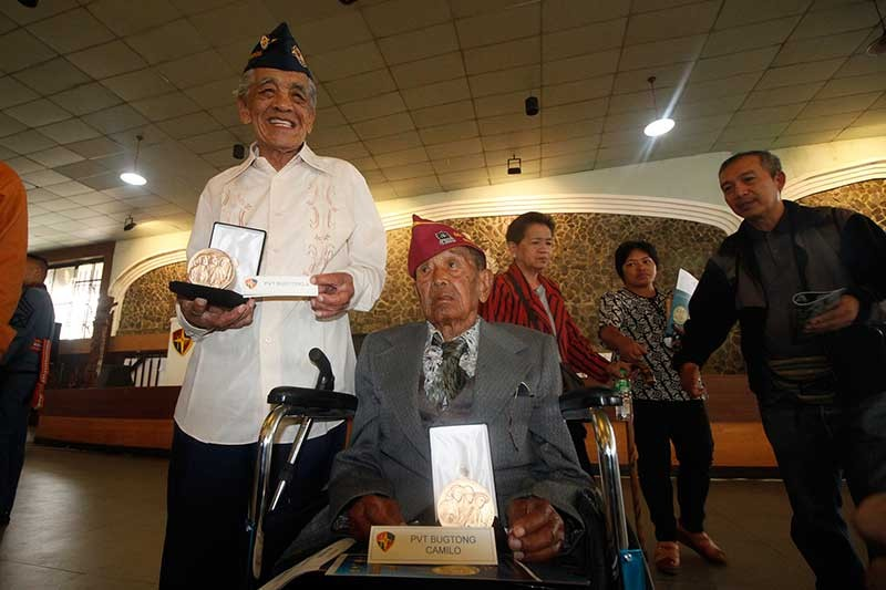 BENGUET. Siblings, Alberto and Camilo Bugtong from Benguet are happy to receive the congressional gold medal, an award bestowed by the United States Congress for their service during the war. (Jean Nicole Cortes)
