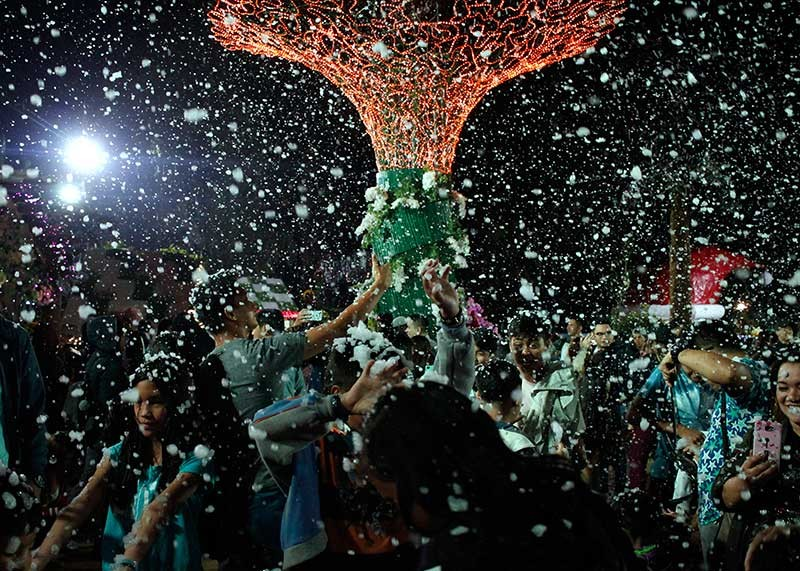 BAGUIO. Hundreds enjoy the man-made snow during the opening of Baguio Country Club's Christmas Village. (Jean Nicole Cortes)