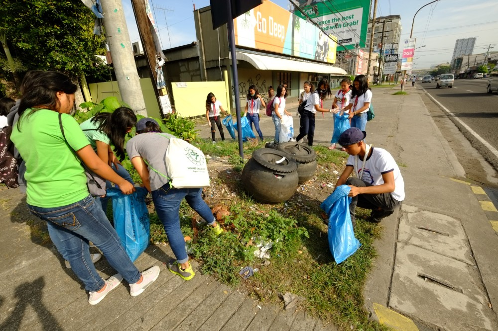 BACOLOD. Students make sure that trash is properly segregated and disposed. (Contributed Photo)