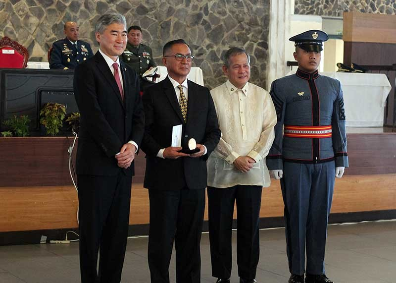 BAGUIO. United States Ambassador to the Philippines, Sung Kim awards Doctor Ron Paraan the US Congressional Gold Medal on behalf of his father, the late Colonel Francisco Paraan, WWII veteran and former Baguio City Mayor and chief of police during PMA's 120th founding anniversary. (Photo by Jean Nicole Cortes)