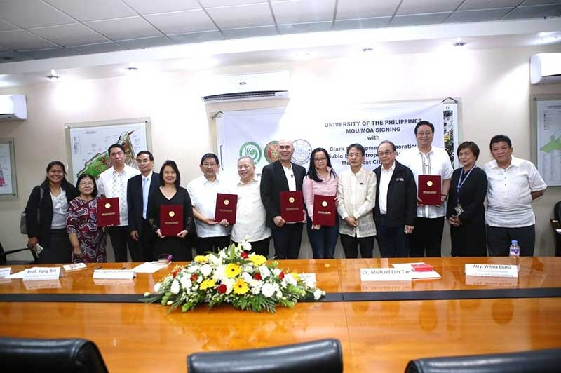 PAMPANGA. Clark Development Corporation (CDC) President Noel Manankil (3rd left) inked a Memorandum of Understanding with UP Diliman Confucius Institute (UPD-CI) Chancellor Michael Tan (5th left) for a three-year partnership on Basic Mandarin language training as part of the capacity-building program of CDC. Also signing with UPD-CI are Subic Bay Metropolitan Authority Administrator lawyer Wilma Eisma (6th left) and Mabalacat City Mayor Crisostomo Garbo (7th left). Witnessing the signing are CDC Chairman Jose De Jesus (4th left), Angeles City Mayor Edgardo Pamintuan (6th right), Confucius Institute Director–Angeles University Foundation (AUF) Lourdes Nepomuceno (5th right), Mark Nepomuceno, CDC Tourism Promotions Manager Noemi Julian and other officials from Xiamen University and Mabalacat City College. (Contributed Photo)