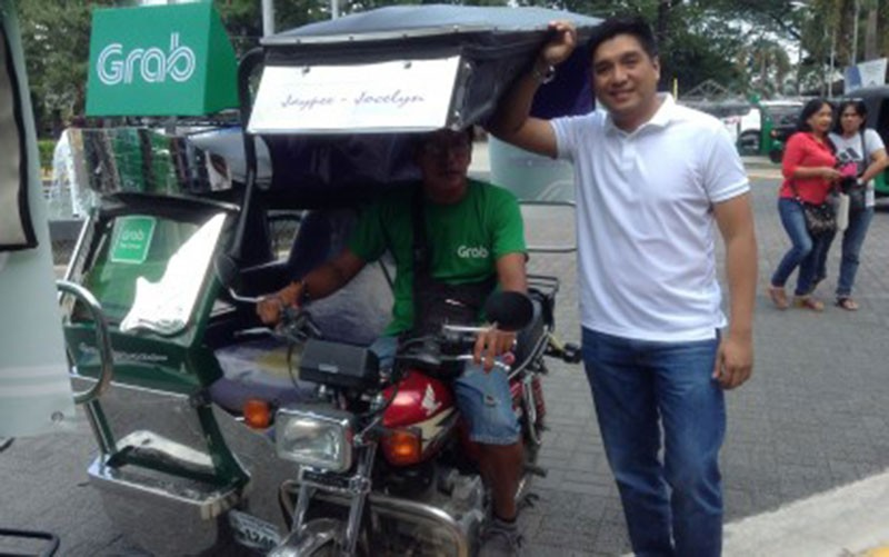"""PANGASINAN. Binalonan Mayor Ramon Guico III poses with tricycle diver after the soft launch of the local ride-hailing app – """"Grab Trike Binalonan"""" on Friday, October 26, 2018.  Around 100 tricycles (with franchise by the local government of Binalonan) initially registered.  (Photo by Liwayway Yparraguirre)"""