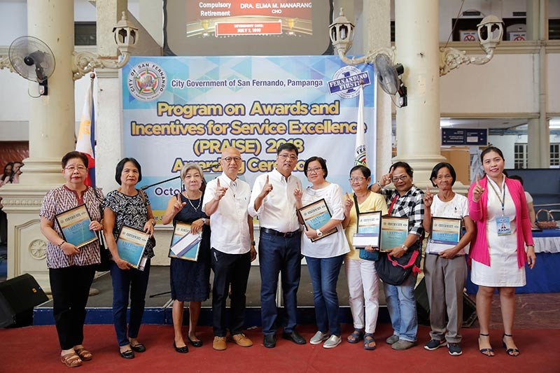 PAMPANGA. Mayor Edwin 'EdSa' Santiago, Vice-Mayor Jimmy Lazatin and City Human Resource Management Officer Rachelle Yusi lead the awarding of outstanding employees during the PRAISE (Program on Awards and Incentives for Service Excellence) 2018 at City Hall. Joining them are this year's Lifetime Achievement Awardees. (Contributed photo)