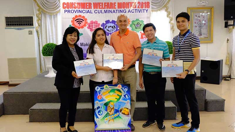WINNER. Mother Margherita de Brincat Catholic School of Dinalupihan town placed first in the Consumer Welfare Month Provincial On-the-Spot Poster Making contest of Department of Trade and Industry. Grade 10 student Margie Rose Sagadraca bested 33 other junior and senior high school students, taking home a certificate of recognition and P5,000. Sagadraca's coach, Malou Medina, (2nd, L) received the award in her behalf. (PIA)