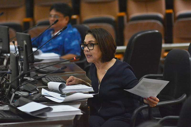 LOWERING FEES. Cebu City Councilor Margot Osmeña presides over a budget hearing with some department heads. (SunStar photo/Amper Campaña)