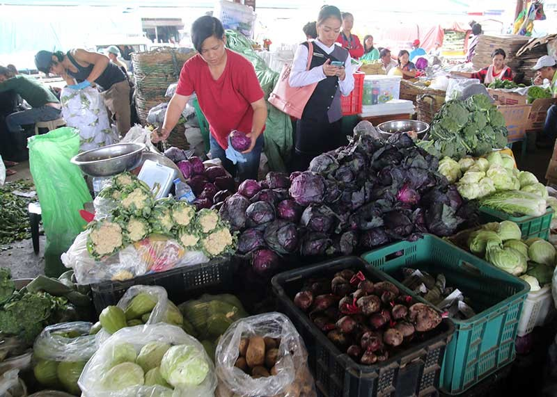 BAGUIO. Despite the recent typhoon, supply of temperate vegetables remain stable at the La Trinidad Trading Post although prices continue to fluctuate. (SSB photo)