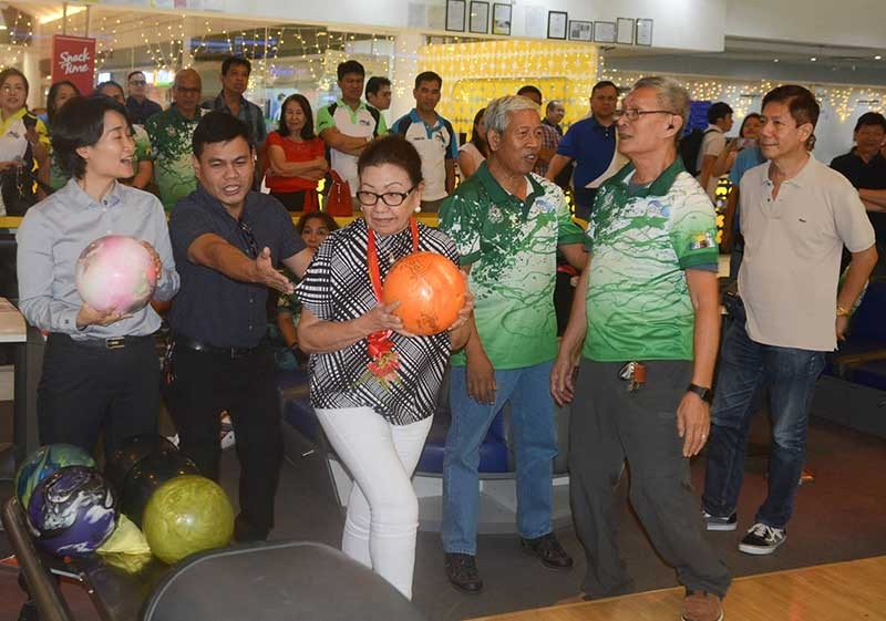 FIRST THROW. Cebu Vice Gov. Agnes Magpale does the ceremonial throw to kick off the six-day Cetba NBT Open Championships at the SM City Cebu Bowling Center. (SunStar photo/Arni Aclao)