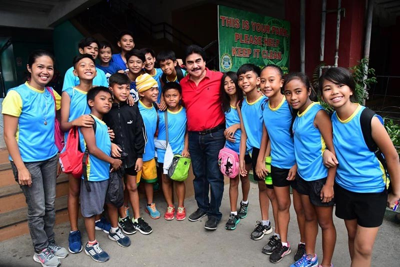 BACOLOD. Mayor Evelio Leonardia with some of the athletes during the opening of the 2018 Department of Education (DepEd)-Bacolod City Athletic Association Division Meet at the Panaad Park and Stadium in Barangay Mansilingan, Tuesday,  November 6.(Bacolod City PIO)