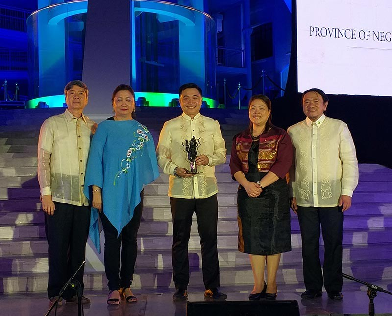 MANILA. Provincial Environment Management Office Head Wilfred Ramon Peñalosa (center) receives the Allen S. Quimpo Climate Reality Leadership for Governance Award for Negros Occidental from The Climate Reality Project Philippines head Rodne Galicha (right), Climate Change Commissioner Rachel Herera (second from right), and representatives of Quimpo family in rites held at the National Museum of Natural History in Manila Monday night, November 5. (Erwin Nicavera)