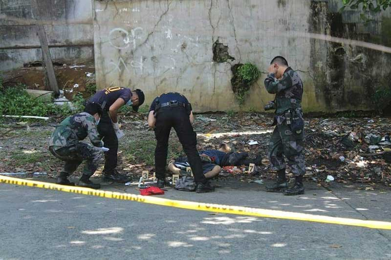 "ZAMBOANGA. A police photo handout shows personnel of the Scene of the Crime Operatives inspecting the scene of the shootout in Pagadian City, Wednesday, November 7, that resulted to the death of a suspected ""gun-for-hire."" (Contributed Photo)"