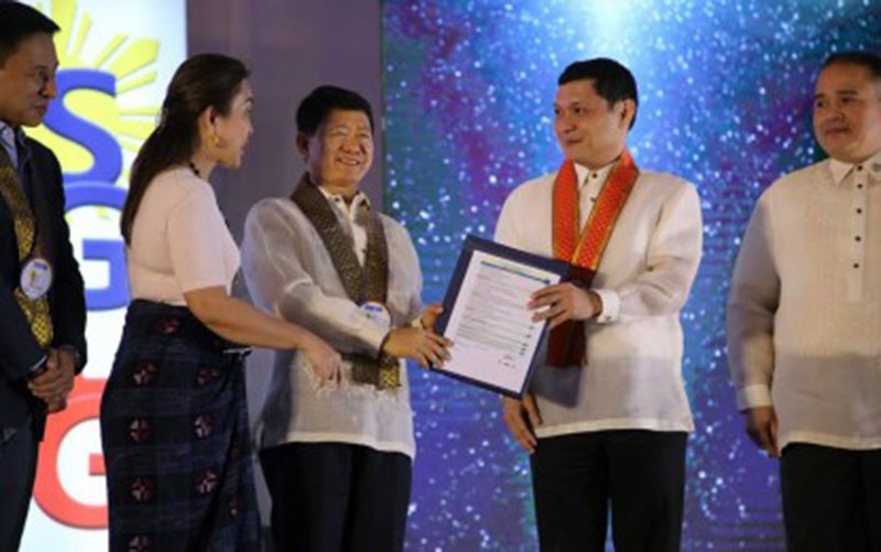 PANGASINAN. Governor Amado Espino III (second from right) and Vice Governor Jose Ferdinand Calimlim Jr. (right) receive the Seal of Good Local Governance award from Department of Interior and Local Government Secretary Eduardo Año (middle) together with Senators Loren Legarda (second from left) and Juan Edgardo Angara (left). (Photo courtesy of Provincial Government of Pangasinan official Facebook page)