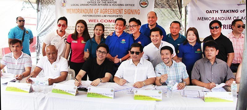 PAMPANG. Angeles City Mayor Edgardo Pamintuan, Vice Mayor Bryan Matthew Nepomuceno, Councilor Amos Rivera, Pampang Barangay Captain Luis de Luna, LUPAHO-OIC Jericho Baldemor, Attorney-in Fact Renee Rose Marie N. Serrano, Carmelo Virgillo N. Lim, and HOA-President Geralyn Cura jointly signed a Memorandum of Agreement (MoA) on Tuesday for the sale of properties to Angeleño informal settlers owned by the Lim, Santos, Serrano, and Nepomuceno families. (Contributed Photo)