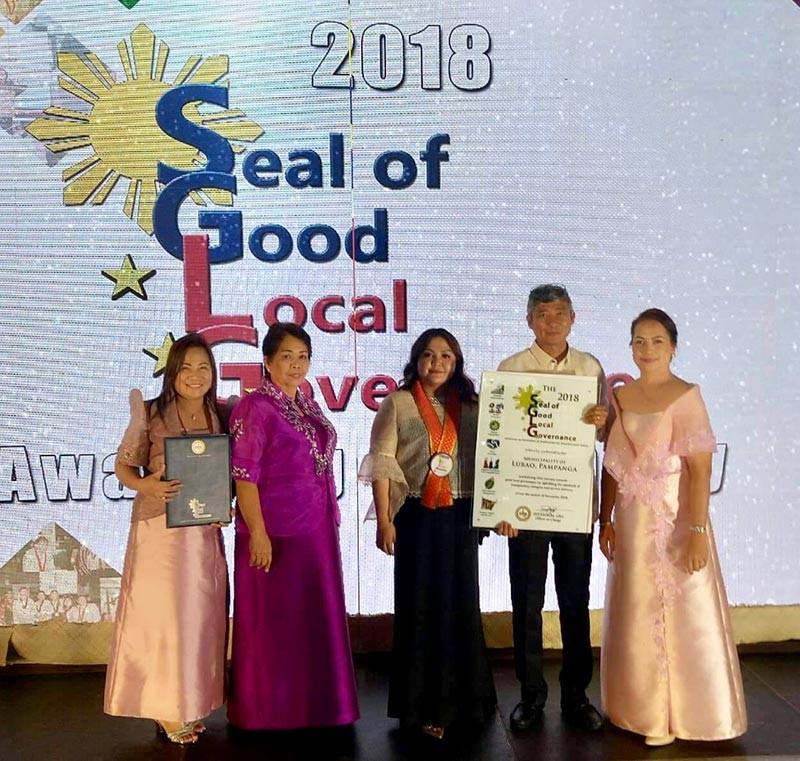 Lubao Mayor Mylyn Pineda-Cayabyab (center) received the Seal of Good Local Governance award from the Department of Interior and Local Government in ceremonies held at the Tent City, Manila Hotel, Manila. With the mayor were budget officer Edith Rodriguez, treasurer Lerma Natividad, planning and development officer Danilo Aquino and local government operations officer Annette Gulapa. (Contributed Photo)