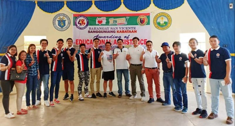 PAMPANGA. Apalit Mayor Peter Nucom together with councilors Tuks Simon and Jun Mendoza flash the 'Top Notch' sign during the recent distribution of educational assistance to 150 scholars in Barangay San Vicente. Joining them are Barangay Chairman Nick Gardiner, SK President Allen Dungo and other officials. (Contributed Photo)