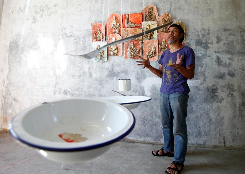 """ART APPRECIATION. Local artist Kigaw Rosimo showcases his newly installed art piece at the Diplomat hotel which will serve as one of the destinations for the creative crawl of the first Baguio Creative Festival dubbed """"ENTA…cool."""" (Photo by Jean Nicole Cortes)"""