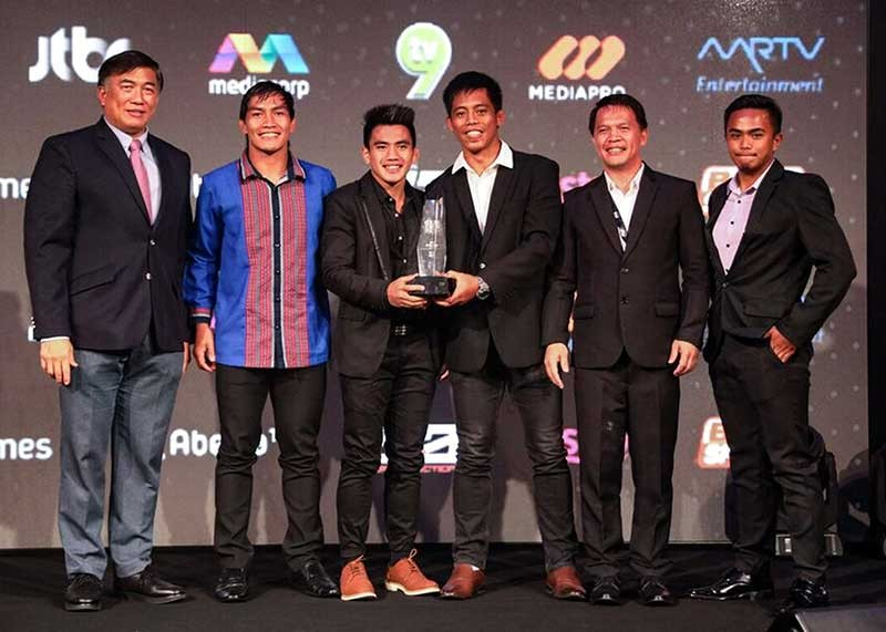 SINGAPORE. Members of the Team Lakay headed by coach Mark Sangiao (second from right) receives their trophy after bagging the Gym of the Year award during the 2018 Global Martial Arts Awards held on Thursday, November 8 at the JW Marriott Hotel Singapore South Beach. (One Championship photo)